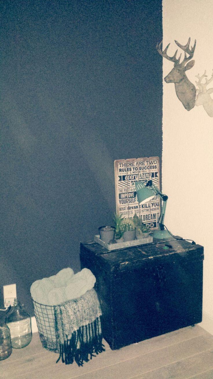 Kwantum plaid, draadmand en bureaulamp geschilderd in smaragdgroen