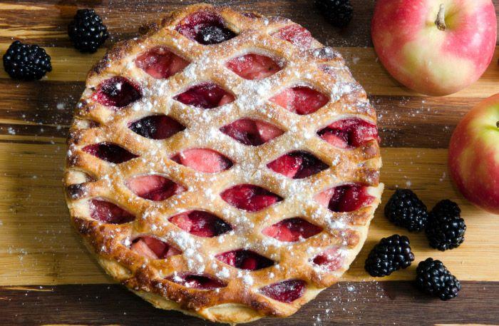 Äppelpaj med vinbär och calvadosgrädde
