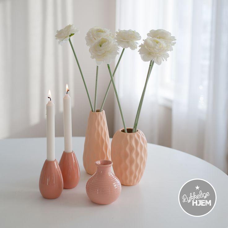 Koselig keramikk i ferskenfarge finner du i vår nettbutikk. se www.lykkeligehjem.no #interiør #nettbutikk #vase #lysestake #koselig #fersken #sommerlig #vårlig #lykkeligehjem