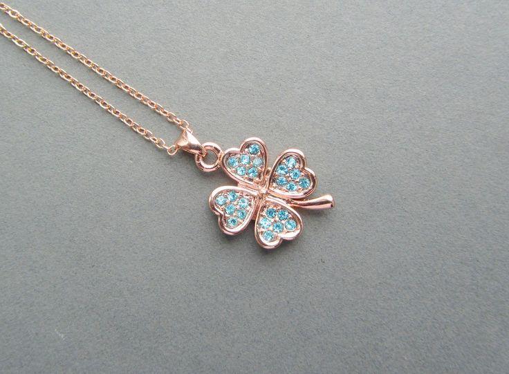 rosé gouden klavertje vier met blauwe kristallen hartjes