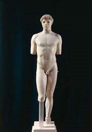 EFEBO DI KRITIOS: museo dell'Acropoli 480a.C.Si supporta sulla gamba sinistra mentre la gamba opposta e il ginocchio sono rilassati, l'artista crea un effetto di contrapposto e un effetto di linee oblique, le spalle opposte al bacino. Naturalezza dell'anatomia, il diaframma é contratto in segno di respirazione.