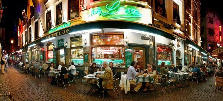 Chez Léon is de restaurant waar je DE typische Belgische gerechten kan eten: Frietjes, vol-au-vent, stoofvlees en mosselen. De specialiteit Chez Léon is de fameuse 'Moules Frites'. Zeker is te proberen!