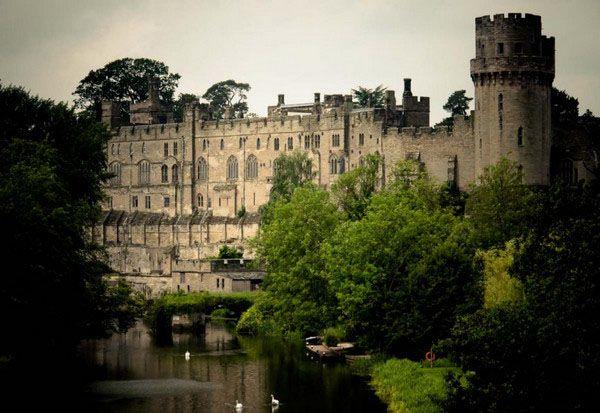 Построенный в 11 веке Вильгельмом Завоевателем, замок Варвик (Англия)увидел больше боев, нежели любой другой замок в Европе. Наверное, все его залы без исключения пропитаны духом насилия и войны. Наиболее посещаемая туристами часть замка – башня с призраком и дом с призраком сэра Фулк Гревилл, которого в 1628 году убил его собственный слуга. Говорят, что владелец дома поздно вечером материализуется из портрета, который висит на стене в башне. Подземелье – это еще одно страшное место