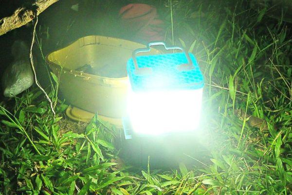 Une jeune designer philippine a conçu SALt, une lampe capable d'éclairer 8 heures avec comme seule source d'énergie : un verre d'eau de mer. SALt repose su