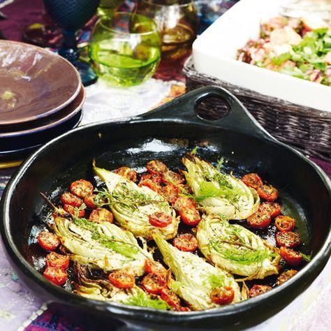Venkel in de oven met trostomaatjes en tijm, uit het kookboek 'Puur genieten' van Pascale Naessens. Kijk voor de bereidingswijze op okokorecepten.nl.
