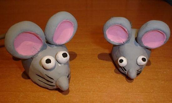 Para hacer estos simpáticos ratoncitos de barro que nos enseña Susana, podemos ver en las fotografías como el proceso es bastante sencillo. Para la realización de los ratones de barro necesitaremos. MATERIALES NECESARIOS: Barro, palillos, pintura, barniz. ELABORACIÓN: Primero haremos...