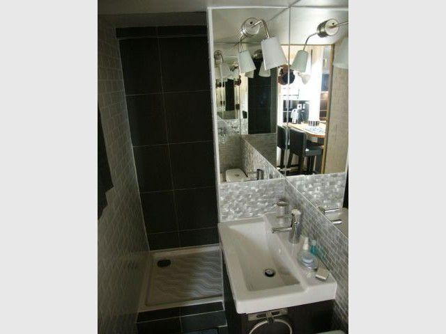 Une salle de bains composée de miroirs pour un effet de profondeur - Loge de gardiens en studio moderne
