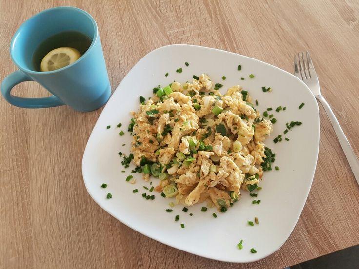 Heute mein erster Tag mit der 10wbc zum Frühstück gab es Rührei mit Frühlingszwiebeln  so lecker und macht lange satt   Zutaten : 1 Bund Frühlingszwiebeln  4 Eier Etwas Öl Salz und Pfeffer  Die Eier werden verquirlt und mit den in kleine Ringen geschnittenen Frühlingszwiebeln vermengt. Mit Salz und Pfeffer würzen. Etwas Öl in der Pfanne erhitzen und die Eiermasse ins heiße Öl. Braten und fertig ist das gesunde leckere Frühstück