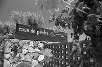 En Casa de Piedra buscamos un vino de autor, aprovechando las uvas de los diferentes microclimas, la  más alta tecnología y la sensibilidad enológica a una escala que permita cuidar cada botella e imprimirle en lo posible la personalidad del terruño.