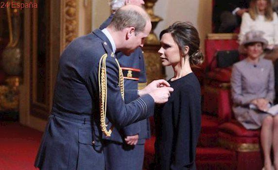 El príncipe Guillermo condecora a Victoria Beckham por su servicio a la industria de la moda inglesa