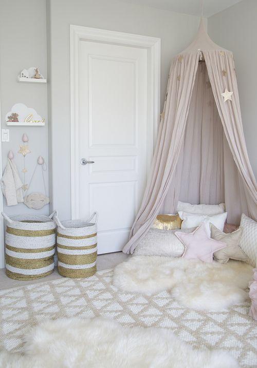 Oudroze, goud en wit. Heerlijk dromerige meisjeskamer. #oudroze #goud #meisjeskamer