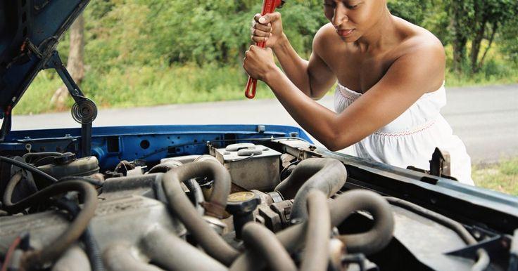 O que faz um carro hesitar durante a aceleração?. Algumas vezes, é normal que o veículo fique falhando devido a uma interrupção do fluxo de combustível para o motor do carro. O combustível tem que fluir adequadamente para o motor do veículo para que ele funcione bem. Qualquer problema ou defeito mecânico que interrompa o fluxo normal do combustível em um motor pode causar uma variedade de falhas, ...