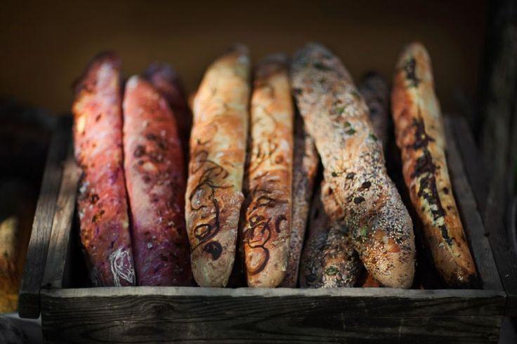 Surdegsbröd med rågmjöl anses vara mer hälsosamma eftersom surdegsprocessen gör att syror i mjölet bryts ner så att olika näringsämnen blir mer lätttillgängliga för kroppen. Dessutom har surdegsbröd längre hållbarhet än bröd som inte är bakade med surdeg.