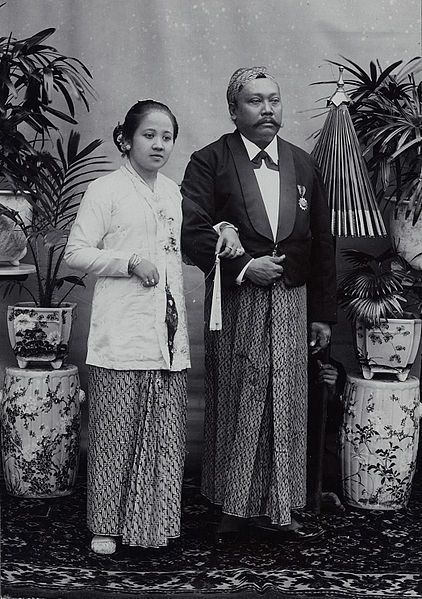 The Javanese aristocrats R.A. Kartini in kebaya and her husband. Her skirt is of batik, with the parang pattern, which was for aristocrats. Her husband is wearing a blangkon.