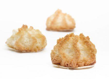 Kokosmakronen sind klassische Weihnachts Plätzchen, die vorallem kinder lieben.. Dieses Rezept für Kokosmakronen ist einfach und schnell zubereitet.
