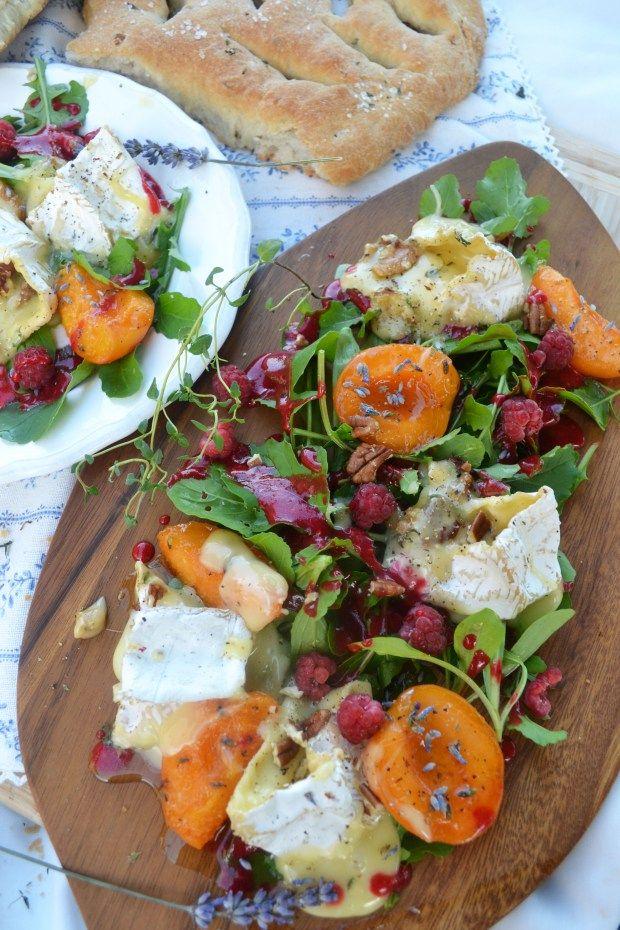 Salat mit Camembert, Lavendel-Marillen und Himbeervinaigrette