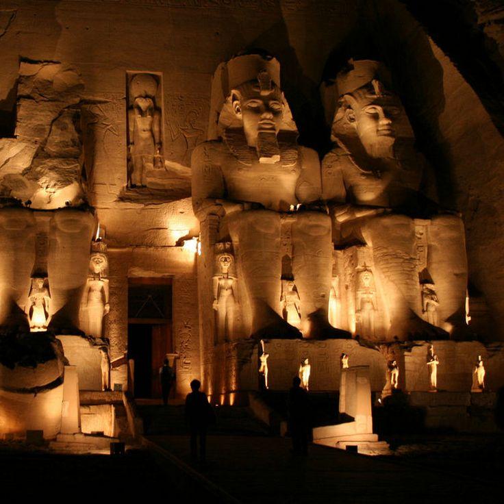 Le temple d'Abou Simbel en Egypte :Les gardiens d'Amon-Rê  Dans le petit village d'Abou Simbel, à 280 km d'Assouan en Egypte et à seulement 40 km de la frontière du Soudan, le grand temple d'Abou Simbel est dédié au dieu Amon-Rê et à la gloire de Ramsès II et son épouse Néfertari. Sur sa façade, quatre impressionnantes statues de 20 mètres de hauteur, représentant le pharaon, gardent des trésors vieux de 3000 ans: statues et colonnes géantes, bas- relief, peintures, offrandes aux dieux...