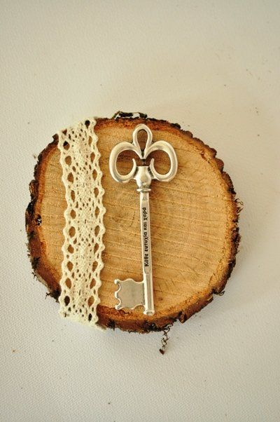 Πρωτότυπο γούρι 2016 σε vintage ρυθμούς. Κορμός δέντρου με δαντέλα και μεταλλικό διακοσμητικό κλειδί.
