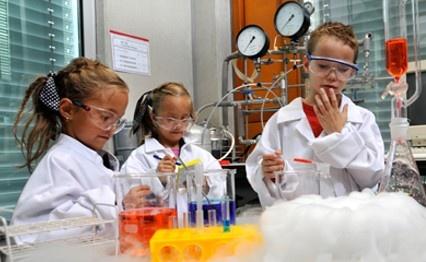 Welkom bij TWENTE ACADEMY YOUNG, het Wetenschapsknooppunt van de Universiteit Twente! Dit wetenschapsknooppunt zorgt voor de verbinding tussen het basisonderwijs en de wereld van wetenschap en technologie. Samen met basisscholen en andere partners organiseert Twente Academy Young activiteiten en doet onderzoek om de kennis en houding ten opzichte van wetenschap en techniek onder onze doelgroep te verbeteren.