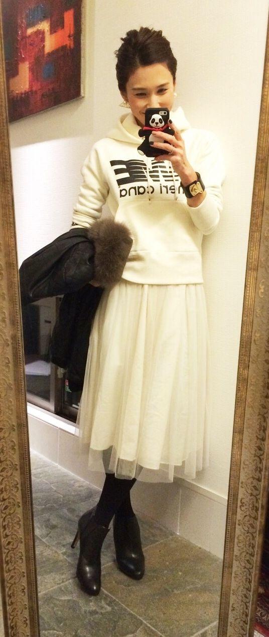 白パーカーに合うボトムスコーデ50選❤デニム ガウチョ プリーツスカートなど♪ | 美人部                                                                                                                                                                                 もっと見る
