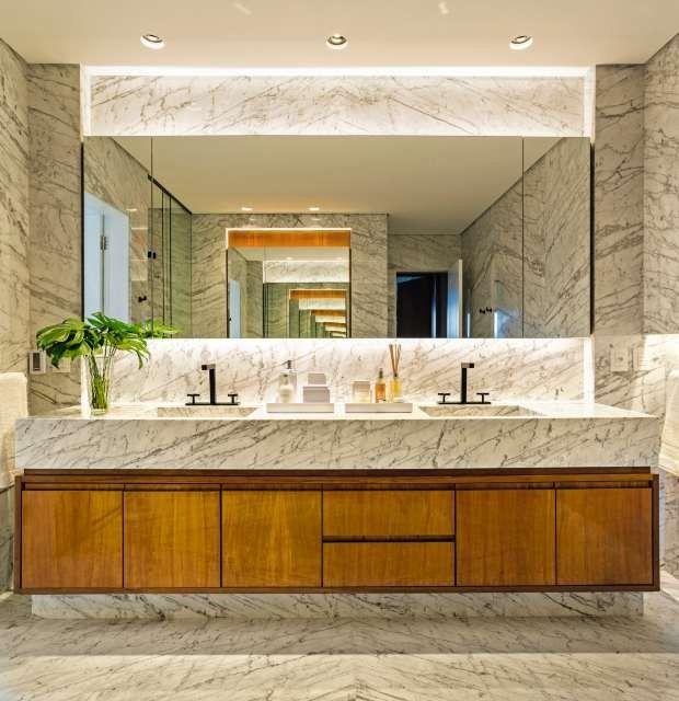 No projeto do arquiteto Dado Castello Branco, paredes e piso foram revestidos com mármore calacatta, da Mont Blanc (Foto: Edu Castello/Editora Globo)