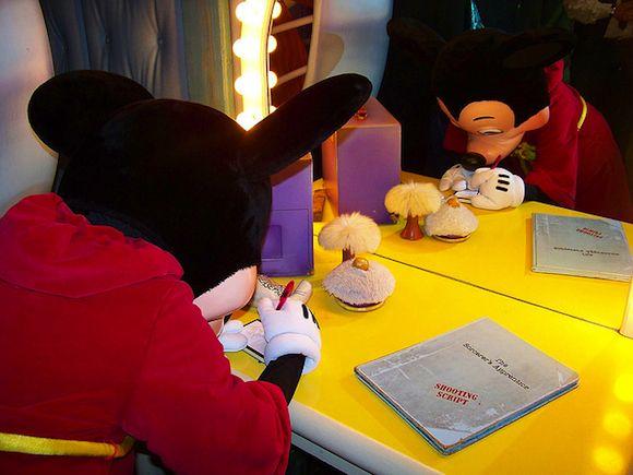 El libro de autógrafos es el primer recuerdo que debéis comprar en Disneyland Paris. Ayuda a tus hijos a conseguir la mayor colección de autógrafos de sus personas preferidos