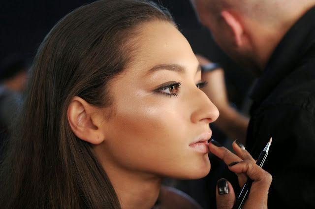 Tendência: Pele Strobing: O segredo para fazer o look é misturar iluminador na base, aplicar no rosto, e depois reforçar com o iluminador puro as áreas altas como maçãs do rosto, osso do nariz e têmporas.