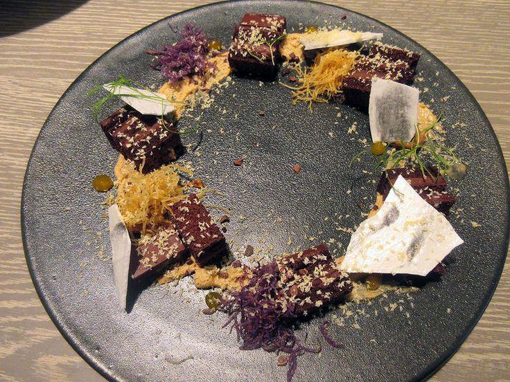 フライドポテトとトリュフメレンゲを添えたチョコレートケーキジャニス・ウォン人気デザートバー JANICE WONG(ジャニス・ウォン)