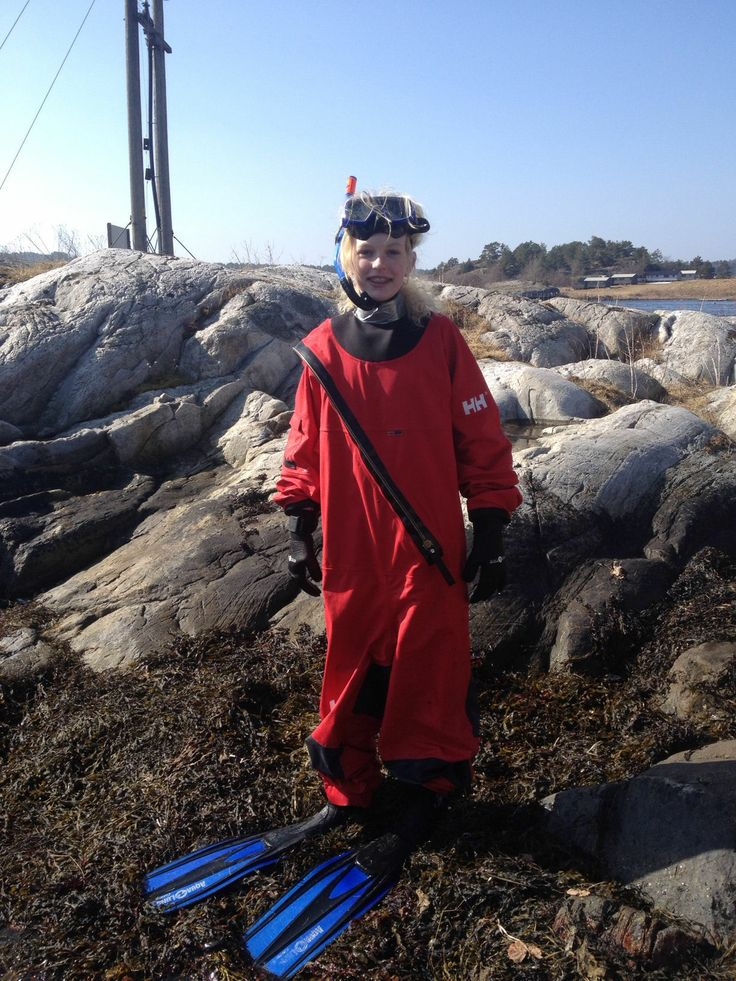 7th graders are mapping the occurrences of eel grass in the ocean outside Kragerø. No eel grass, then no fish. The 7th graders jump into the sea all year around except when there is ice! Photo: Petter Jørgensen
