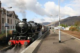 En tren de vapor por las Tierras Altas de Escocia