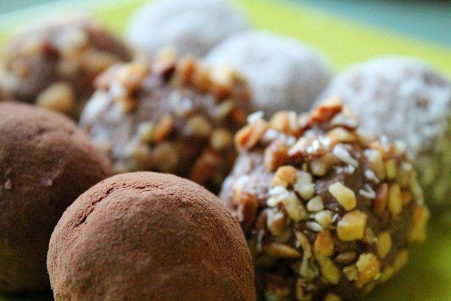 Roh-vegane Kokosnuss-Mandel Trüffel