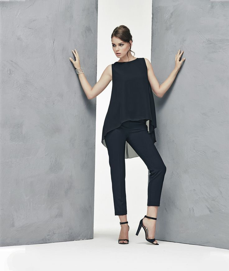 Pantaloni a tubo di tessuto tecnico nero e tunica di voile con orlo asimmetrico www.donnedasogno.it