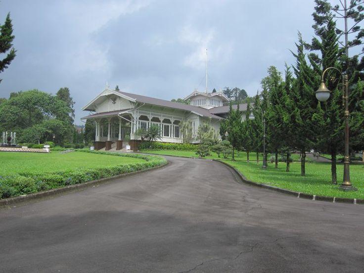 Sebagai tempat tetirah, Istana Cipanas memang tidak banyak berperan sebagai tempat kejadian-kejadian bersejarah. Tapi disinilah Presiden Soekarno mengadakan