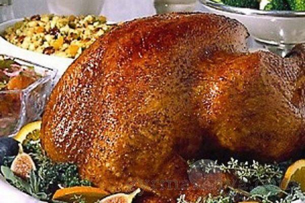 Индейка, запеченная в духовке, стала традиционным блюдом, которое готовят на Рождество...Ингредиенты:.- индюшка.- корица палочками.- лавровый лист.- кориандр.- репчатый лук. 1 большая головка.- чеснок, 1 большая головка.- морковь.- гвоздик...