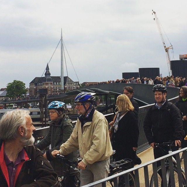Det væltede over broen med glade odenseanere, der skulle prøve genvejen til havnen. Som bonus fik de en flot udsigt over byen, jernbanen og kranerne på begge sider. Fantastisk at se. #NyOdense #ByensBro @cyklisternesby #ThisisOdense @odenseby #odenseerawesome #mitodense #odense http://www.thisisodense.dk/da/18413/aabning-af-byens-bro