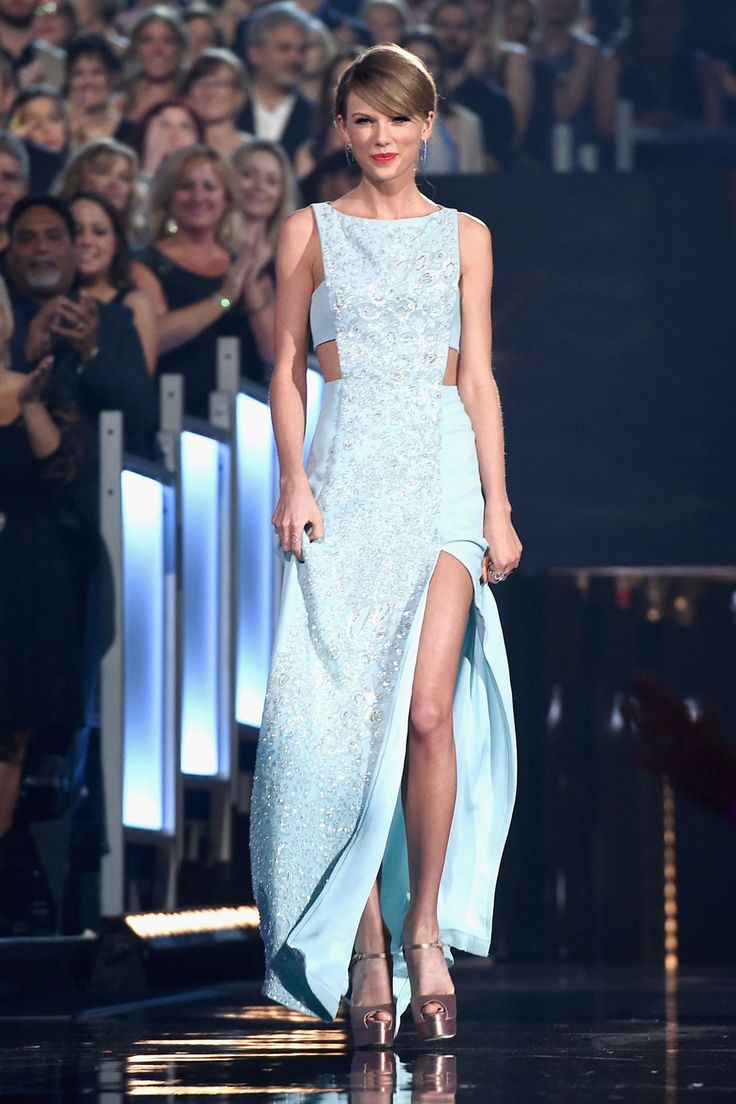 Taylor Swift makes her way to the stage during the 50th Academy Of Country Music Awards on April 19, 2015 in Arlington, Texas.   - Cosmopolitan.com