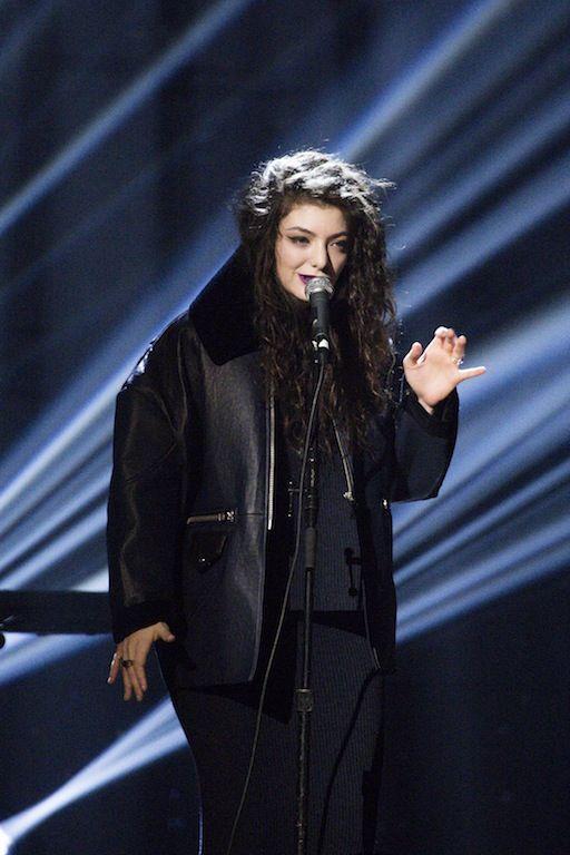 Η Νεοζηλανδή Lorde, 17, εκτοξεύτηκε στη διεθνή σκηνή με το πρώτο της κιόλας άλμπουμ Pure Heroine. Μόλις στα 13 της υπέγραψε με δισκογραφική.Τον Σεπτέμβρη αναρριχήθηκε στην πρώτη θέση των iTunes με το τραγούδι Royals, ξεπερνώντας ακόμα και τη Miley Cyrus. Η συνθέτης και τραγουδίστρι- το αληθινό όνομα είναι Ella Yelich-O'Connor- μένει πιστή στο δικό της μονοπάτι απορρίπτοντας μάλιστα την ευκαιρία να συνοδεύσει την ποπ Katy Perry στην περιοδεία της.