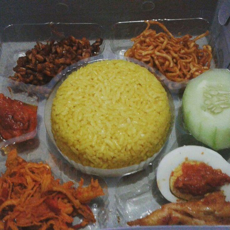 Nasi kotak kuning menu ayam sisit,telor,tempe +tahu kare ,mie, tempe manis