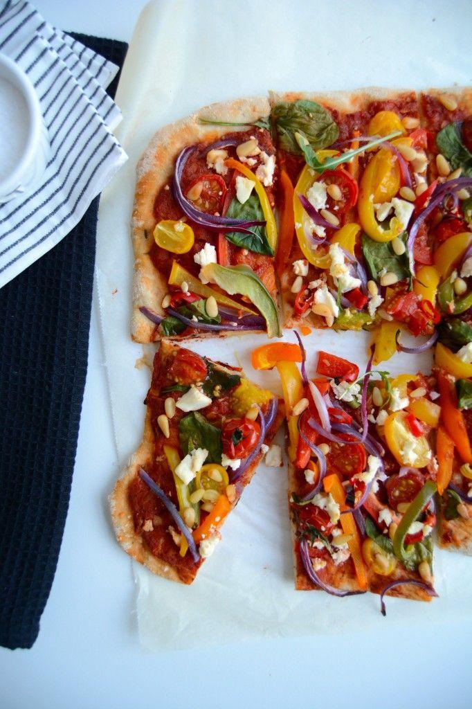 Se hvor fargerik denne pizza er! Akkurat som mange andre tradisjonelle retter kan pizza også være plantebasert. Denne vegetarpizzaen er full av sunne og næringsrike grønnsaker,...