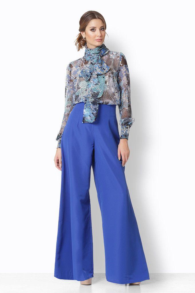 Μπλούζα με print σε όλες τις αποχρώσεις του μπλε. Ο τεράστιος φιόγκος της την κάνει να θυμίζει εκείνες τις αγαπημένες μπλούζες των 80᾽ς.