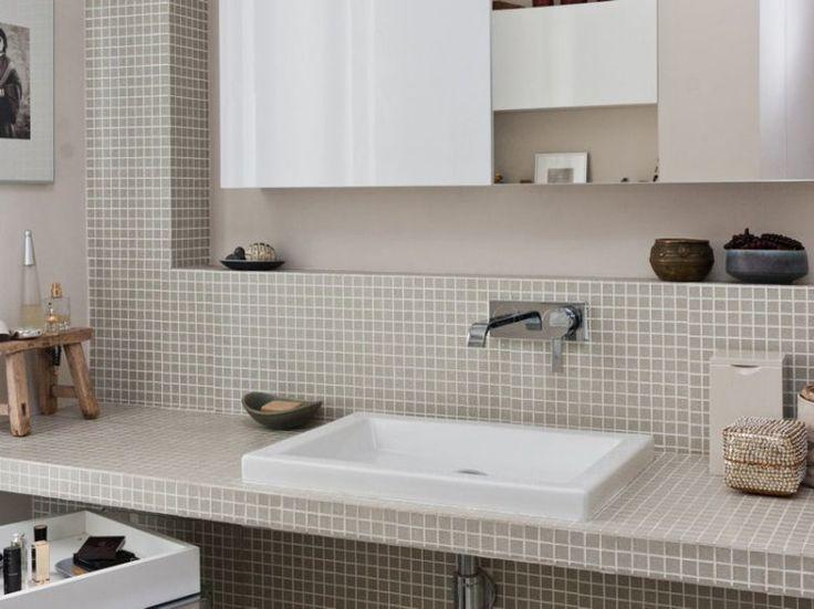 Elle peut être transparente ou colorée, en pâte de verre ou en céramique, elle habille la salle de bains et lui donne du caractère. Nous avons nommé : la mosaïque!