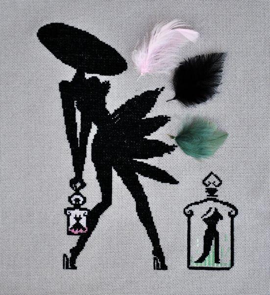 La petite robe noire et ses plumes. Il état prévu initialement une broderie symétrique par rapport au gros flacon.