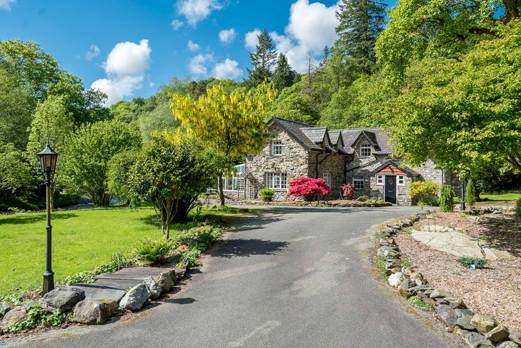 Glaslyn-House is a beautiful four-bedroom holiday cottage on the Glaslyn River near Beddgelert in North Wales. A home in a truly unique and wonderful setting