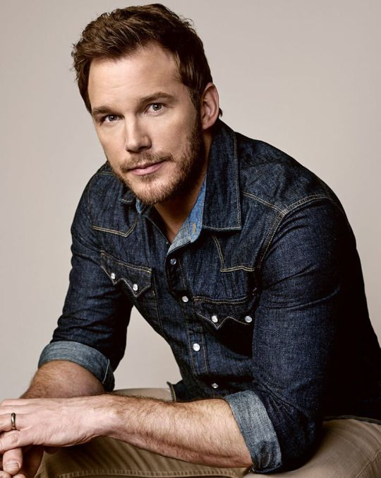 Besides the fact that I love him (Chris Pratt), I could totally use this and adapt it into a female-version headshot! It's kind of like a lilac background, then I could do something like a denim or leather jacket with a simple top, soft makeup and 'natural' hair. I feel like the soft lilac background combined with a casual/edgy look is A+