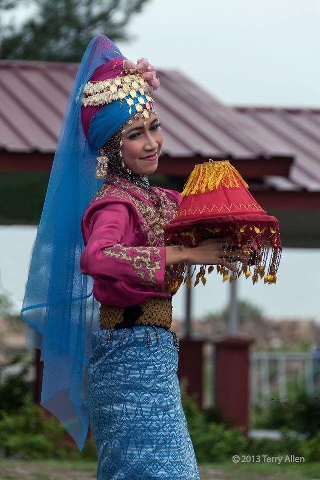 Portrait-of-an-Acehnese-dancer-1,-Banda-Aceh,-Sumatra