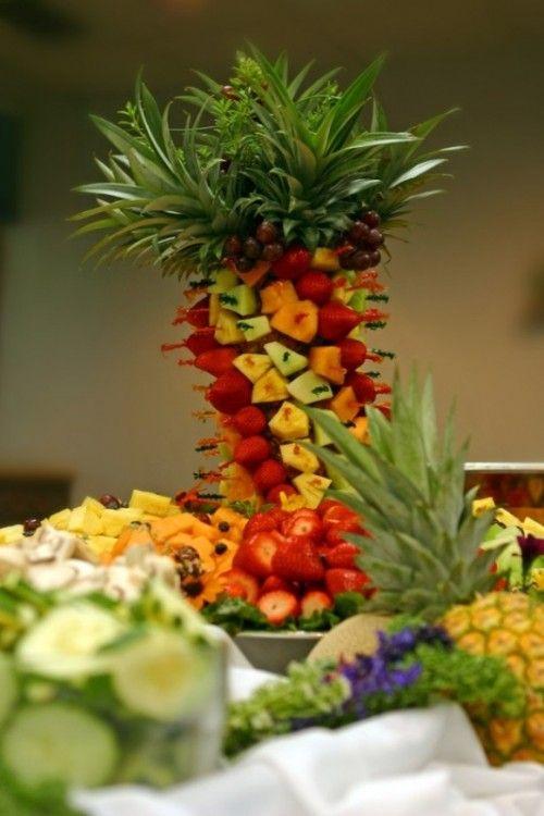 assortiment de fruits exotiques arrangés en une tour