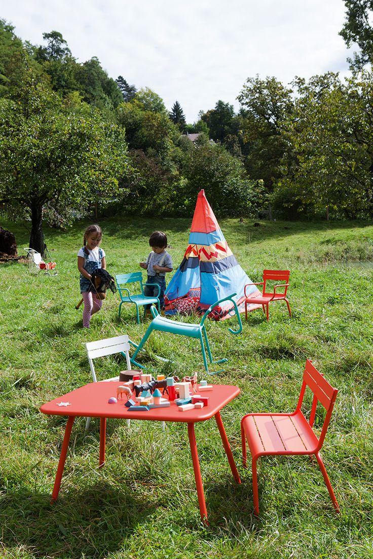 #Jardin avec mobilier d'extérieur #enfant #Luxembourg #Kid couleur #Capucine #Lagune et #Blanc coton #Fermob / #garden