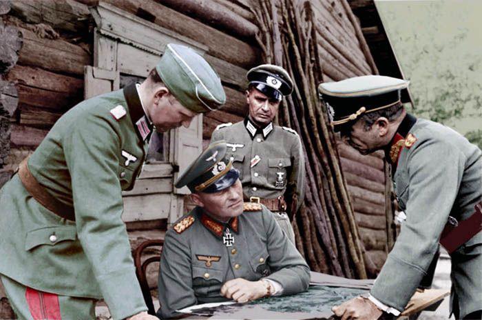 Sowjetunion, vor Leningrad.- Besprechung von Offizieren vor Blockhaus. sitzend: Generaloberst Erich Hoepner, rechts: Generalmajor Franz Landgraf; PK 694