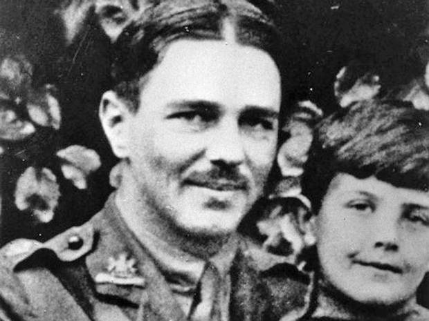 how world war one presented in poetry by wilfred owen and siegfried sassoon essay The first world war poetry of wilfred owen provides an exhaustive and poignant account of owen became noticeably influenced by his cynical attitude to the war (as illustrated by sassoon's poem 'the march past' in which he refers to although this is not present in much of his poetry.