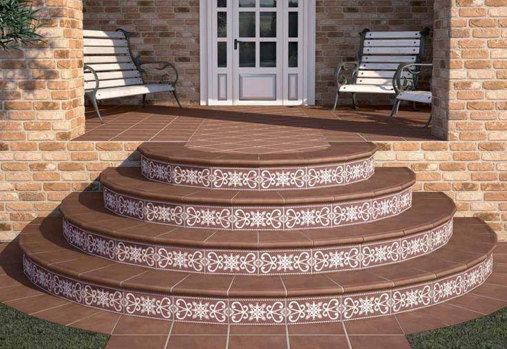 Облицованное плиткой крыльцо с круглыми ступенями украсит любой фасад